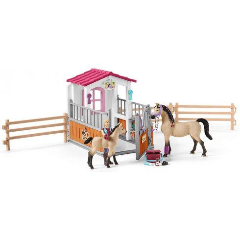 Schleich 42369 Istálló Arab lovakkal és lóápoló lánnyal